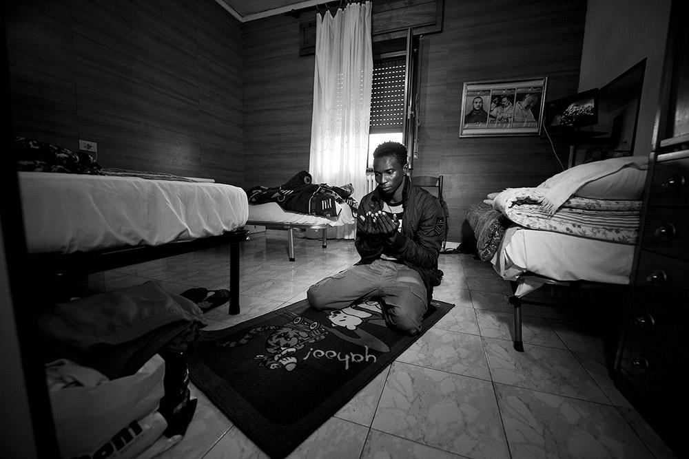 Giovanni Mereghetti, Hotel Bel Sit, migrants' stories