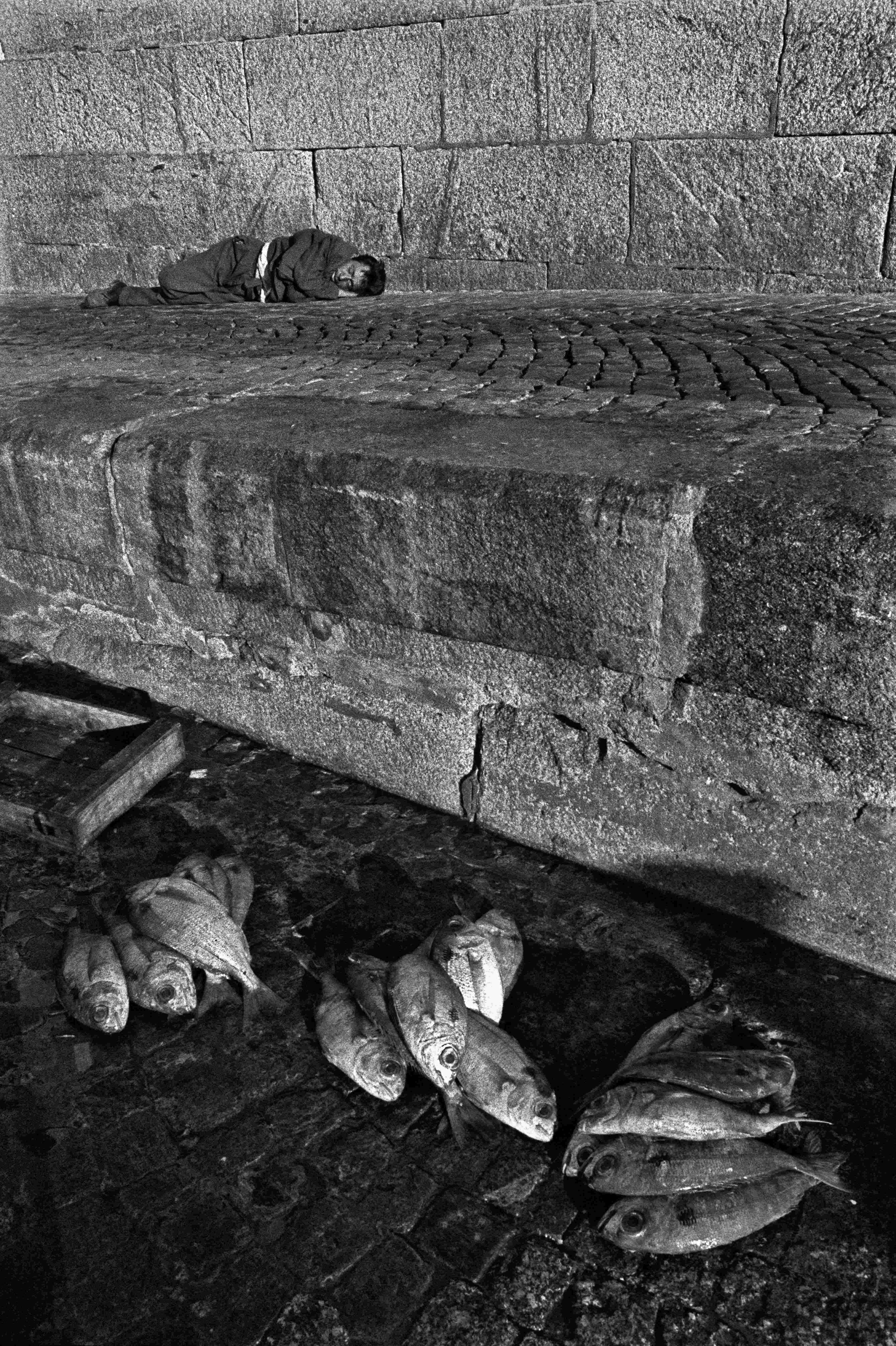 Un pescatore che dorme, Vigo, 1969 © Ferdinando Scianna/Magnum Photos/Contrasto